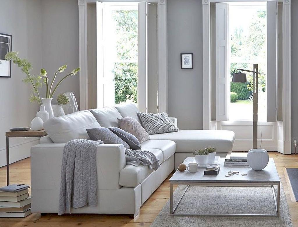 białe ściany i tonacje szarości w pokoju dziennym